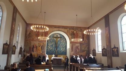 Tag med et folkekirkemedlem på tur ind og ud af andre kirkesamfund