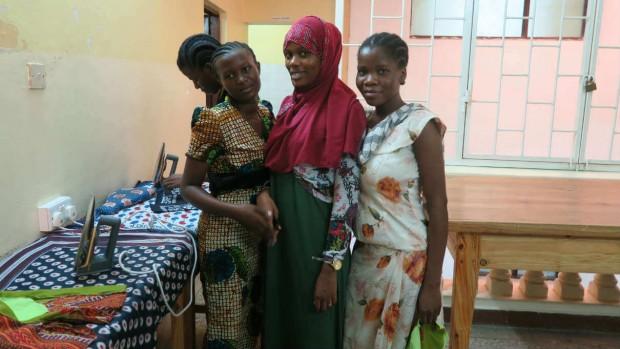 Aisha vil lære at sy