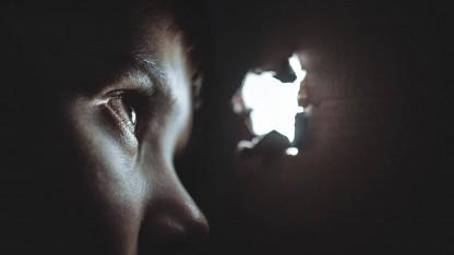 Forældreløs blandt bomberegn og bevæbnede mænd