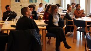 Første undervisningsdag er gået i gang, og salen er fyldt med deltagerne fra Egypten, Libanon, Syrien og Danmark. De repræsenterer alle forskellige religioner og professionelle baggrunde. Foto: Julie Pehrson