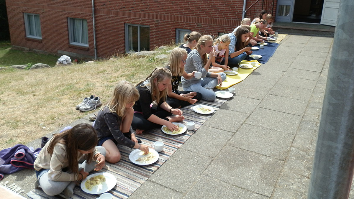 Kildeborg-pigerne spiser ris og karry med fingrene