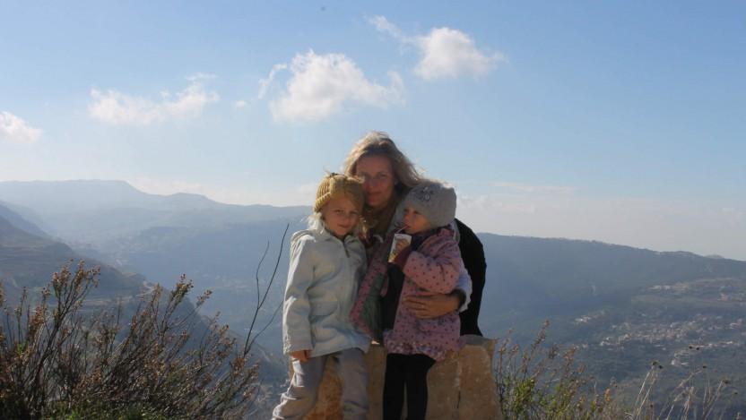 2. juledag. Vi trækker frisk luft i bjergene i det sydlige Libanon med udsigt over dele af den bjergryg, der skiller Libanon og Syrien
