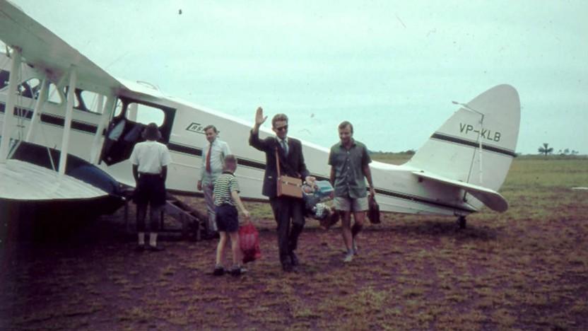 familien Buch ankommer med fly redigeret til web