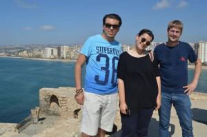 Duygu Cakir sammen med to af lejren øvrige deltagere Mahmoud og Johannes fra hhv. Libanon og Østrig.