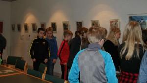 elever kigger på væg redigeret