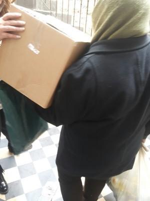 Mounira afhenter nødhjælp