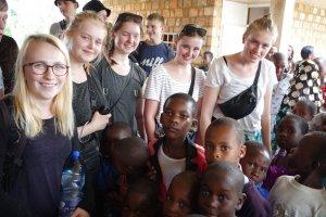 piger-fra-farsoe-efterskole-sammen-med-tanzanianske-boern